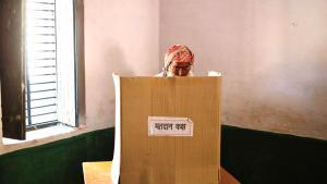 Muslimischer Mann bei der Stimmabgabe in einem Wahllokal in Parla, im Muzaffarnagar-Bezirk von Uttar Pradesh; Foto: Reuters