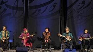 Mohammad-Resa Schadscharian (m.) während eines Konzerts mit dem Shahnaz Ensemble in Dubai im Februar 2011; Foto: AP