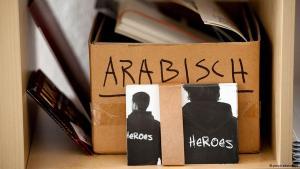 """Berliner Gleichstellungsprojekt """"Heroes"""" auf zwei Visitenkarten mit der Aufschrift """"Arabisch""""; Foto: picture-alliance/dpa"""