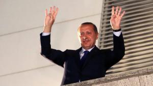 Ministerpräsident Recep Tayyip Erdogan grüßt seine Anhänger während einer Veranstaltung in Ankara Ende März 2014; Foto: Reuters