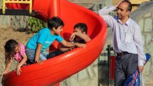 Iranischer Vater mit seinen drei Kindern auf einem Spielplatz in Teheran; Foto: ISNA