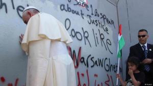 Der Papst an der Trennmauer; Foto: Reuters