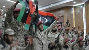 """Mitglieder der Sawaiq-Miliz, die am 18.5. den """"Allgemeinen Nationalkongress"""" stürmten. Hier bei einer Zeremonie zur Eingliederung in die Armee am 21.11.2013 in Tripolis; Foto: Valerie Stocker"""