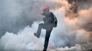Türkischer Demonstrant stößt Tränengaskartusche der Sicherheitskräfte bei Anti-Regierungsprotesten fort; Foto: Reuters