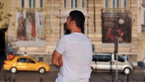 """Ertugrul, der Vorsitzende der """"Homosexuellen muslimischen Vereinigung in der Türkei steht in der Istiklal Avenue in Istanbul; Foto: OZAN KOSE/AFP/Getty Images"""