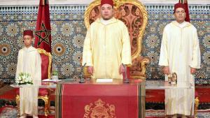 Marokkos König Mohammed VI. (m.) mit seinem Sohn und Thronnachfolger Prinz Moulay Hassan (l.) und seinem Bruder Prinz Moulay Rachid (r.); Foto: picture-alliance/dpa