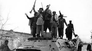 Jubelnde Kämpfer der Mudschaheddin auf einem eroberten sowjetischen Panzer; Foto: Getty Images