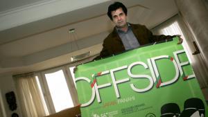 "Jafar Panahi mit Film-Plakat ""Offside""; Foto: BEHROUZ MEHRI/AFP/Getty Images"
