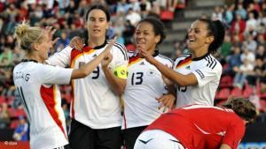 Prominente Vorbilder im deutschen Team: Da Mbabi (2.v.r. ) und Bajramaj (r.) sind in der Nationalelf voll integriert