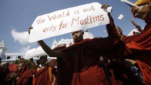 Ein buddhistischer Mönch demonstriert gegen die Organisation für Islamische Zusammenarbeit, welche plant, Burmas muslimischer Minderheit (den Rohingyas) Hilfe zukommen zu lassen; Foto: AFP Photo/Ye Aung Thu