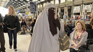 Verschleierte Frau in Paris; Foto: Getty Images