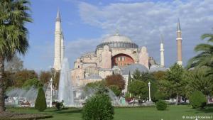 """Im Jahre 532 gab der in Konstantinopel residierende römische Kaiser Justinian den Auftrag, eine mächtige Kirche zu bauen, """"wie es sie seit Adams Zeiten nicht gegeben hat und wie es sie niemals wieder geben wird"""". Gut 10.000 Arbeiter machten sich ans Werk. Schon 15 Jahre später wurde der Rohbau eingeweiht. Ein Jahrtausend lang blieb die Kuppelbasilika die größte Kirche der Christenheit."""