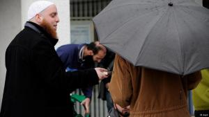 Verteilung von Koranexemplaren in deutschen Städten durch Salafisten; Foto: dapd