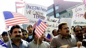 Muslime demonstrieren nach dem Freitagsgebet in einer Moschee im New Yorker Stadtteil Brooklyn ihre Solidarität mit den USA nach den Anschlägen vom 11. September 2001; Foto: Reuters