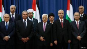 Der palästinensische Präsident Mahmud Abbas zusammen mit seiner neugebildeten Regierung der nationalen Einheit; Foto: Reuters