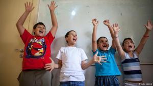 """Endlich wieder Kind sein: Syrische Flüchtlingskinder singen ein Lied in der Karam-Zeitoun-Schule in Beirut, Libanon. Kreative Aktivitäten funktionieren als Therapie für die Kinder. """"Sie hören ja die Geschichten ihrer Eltern - sie reden über Krieg, darüber, dass ihre Eltern kein Geld haben. In der Schule können sie einfach sie selbst sein - Kinder"""", sagt Charlotte Bertal von der französischen NGO, die die Schule verwaltet."""