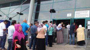 Warteschlange türkischer Wähler vor dem Wahllokal Fraport Arena in Frankfurt; Foto: Canan Topçu