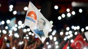 Anhänger Erdogans jubeln nach Bekanntgabe des Wahlergebnisses in Ankara; Foto: Reuters