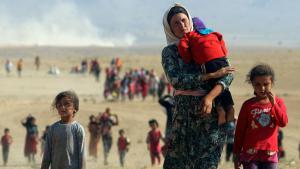 """Auf der Suche nach Schutz: Egal wohin, einfach nur in Sicherheit: Tausende Angehörige der jesidischen Minderheit sind vor den brutalen Kämpfern der Terrormiliz """"Islamischer Staat"""" (IS) geflohen. Glücklich, wer in einem der Lager im Nordirak Unterschlupf gefunden hat, denn die Versorgungslage der Flüchtlinge im Sindschar-Gebirge ist äußerst heikel. Die Forderungen nach mehr Hilfe aus dem Westen werden lauter."""