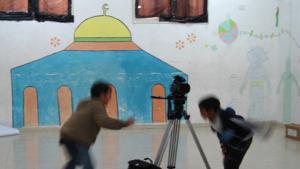 Palästinensische Jungs vor Kamera und Filmkulisse; Quelle: Palestinian Social Cinema Arts Association