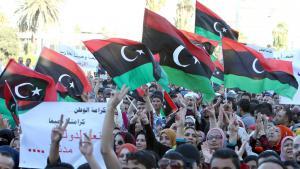 Libysche Demonstranten bei Protesten gegen radikal-islamische Milizen in Tripolis; Foto: picture-alliance/dpa