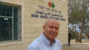 """Ibrahim Abu Shandi vor dem """"Arab Jewish Community Center"""" in Jaffa; Foto: Ulrike Schleicher"""