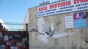 Der Vorreiter: Banksy war der Erste: Im Jahr 2005 besuchte die britische Street Art-Legende das Westjordanland und hinterließ neun Schablonengraffities an der Mauer, sowie an privaten Gebäuden in und um Bethlehem. Seine satirisch-kritische Auseinandersetzung mit der Besatzungspolitik Israels gab den Startschuss für einen Ansturm internationaler und palästinensischer Graffiti-Künstler; Laien wie Profis.