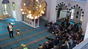 Beim Tag der Offenen Moschee am 03.10.2013 informieren sich in Berlin-Neukölln in der Sehitlik-Moschee zahlreiche Besucher über das Gotteshaus und das Leben der Muslime; Foto: picture-alliance/ZB