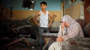 Palästinensische Familie in den Trümmern ihrer Wohnung; Foto: Reuters