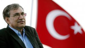 Orhan Pamuk und türkische Flagge; Foto: picture-alliance/dpa