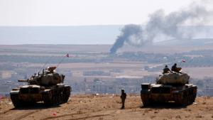 Türkische Panzer in der Nähe der vom Islamischen Staat belagerten Stadt Kobane; Foto: Reuters/Umit Bektas