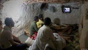Syrer verfolgen Nachrichten in einem Kellerraum; Foto: Getty Images