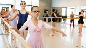 Yosra Zaouali beim Tanzunterricht in der Dresdener Palucca-Tanzschule; Foto: Andreas Siegel