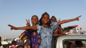 Mursug, Südlibyen: Die Tebu sind ein über drei Staaten verteiltes Volk, welches ursprünglich aus dem Tibesti-Gebirge im Nordosten des Tschads stammt. In Libyen sind sie eine Minderheit, doch im Süden des Landes herrschen sie gemeinsam mit den Tuareg über die Wüste. Bis ins 20. Jahrhundert lebten die Tebu als Nomaden vorwiegend von der Viehzucht. Im heutigen Libyen bringt sie ihr Kampf um Gleichberechtigung und Einfluss in Konflikt mit benachbarten arabischen Stämmen.