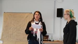 Zeynep während der Poetry-Slam-Veranstaltung; Foto: Fabian Pianka