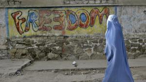 Frau in Herat; Foto: AP/Reza Shirmohammadi