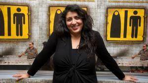 """Regisseurin Sudabeh Mortezai vor Filmplakaten """"Im Bazar der Geschlechter""""; Foto: © W-Film"""