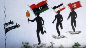 Wandmalerei: Läufer mit der libyschen, ägyptischen und tunesischen Fahne tragen die Fackel der Freiheit zu ihren arabischen Brüdern in Syrien und im Jemen; Foto: picture-alliance/dpa