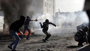 Palästinensische Jugendliche bei Straßenschlachten mit israelischen Sicherheitskräften am 7. November 2014 in Ost-Jerusalem; Foto: Coex/AFP/Getty Images