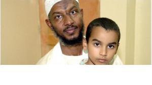 Sami al Hajj mit seinem Sohn Mohammad; Foto: dpa