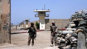 Irakische Regierungssoldaten vor dem Abu Ghraib-Gefängnis bei Bagdad; Foto: AP/picture-alliance