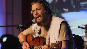 Der Sänger Yusuf bei einem Konzert für die Opfer des Tsunamis in Jakarta 2005; Foto: picture-alliance/AP Photo/A. Ibrahim