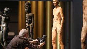"""Ausstellung """"Haut ab! Haltungen zur rituellen Beschneidung"""" im Jüdischen Museum Berlin; Foto: dpa/Wolfgang Kumm"""