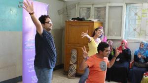Ahmed, Samy und Sherin (v.l.) schlüpfen in ihrem Theaterstück in verschiedene Rollen; Foto: Elisabeth Lehmann