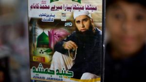 Kind in Pakistan zeigt Junaid Jamshed-DVD; Foto: picture-alliance/AP Photo/B.K. Bangash