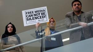 """Redakteure der türkischen Tageszeitung """"Zaman"""" protestieren gegen die Festnahme ihres Chefredakteurs Ekrem Dumanli in Istanbul; Foto: REUTERS/Murad Sezer"""