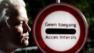 """Der rechtspopulistische niederländische Politiker Geert Wilders von der """"Partij voor de Vrijheid"""" vor einem Schild mit der Aufschrift """"Zugang gesperrt""""; Foto: picture-alliance/dpa"""