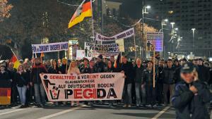 """Anhänger der Bewegung """"Patriotische Europäer gegen die Islamisierung des Abendlandes"""" (PEGIDA) demonstrieren in Dresden; Foto: Matthias Hiekel/dpa"""
