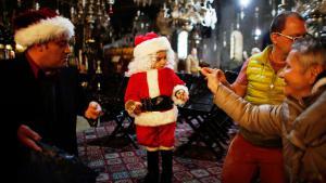 Ein kleiner Papa Noel vor der Geburtskirche in Bethlehem; Foto: Reuters