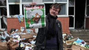 Ein Redakteur vor dem ausgebrannten Gebäude seiner Redaktion ''Charlie Hebdo''; Foto: picture-alliance